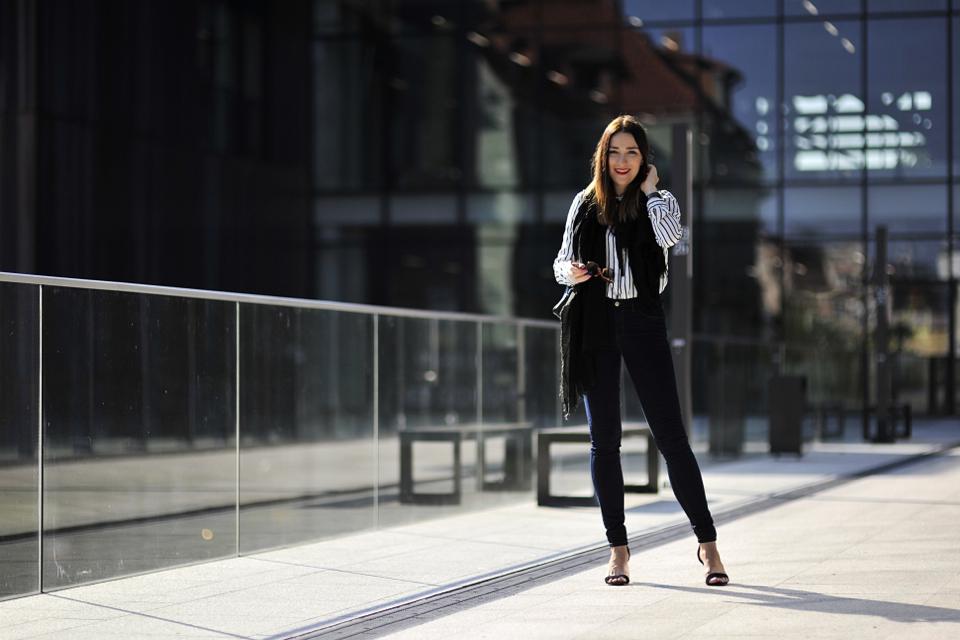 jeansy-rurki-w-eleganckiej-stylizacji