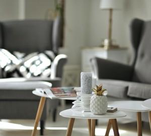 biała podłoga w salonie czy praktyczna
