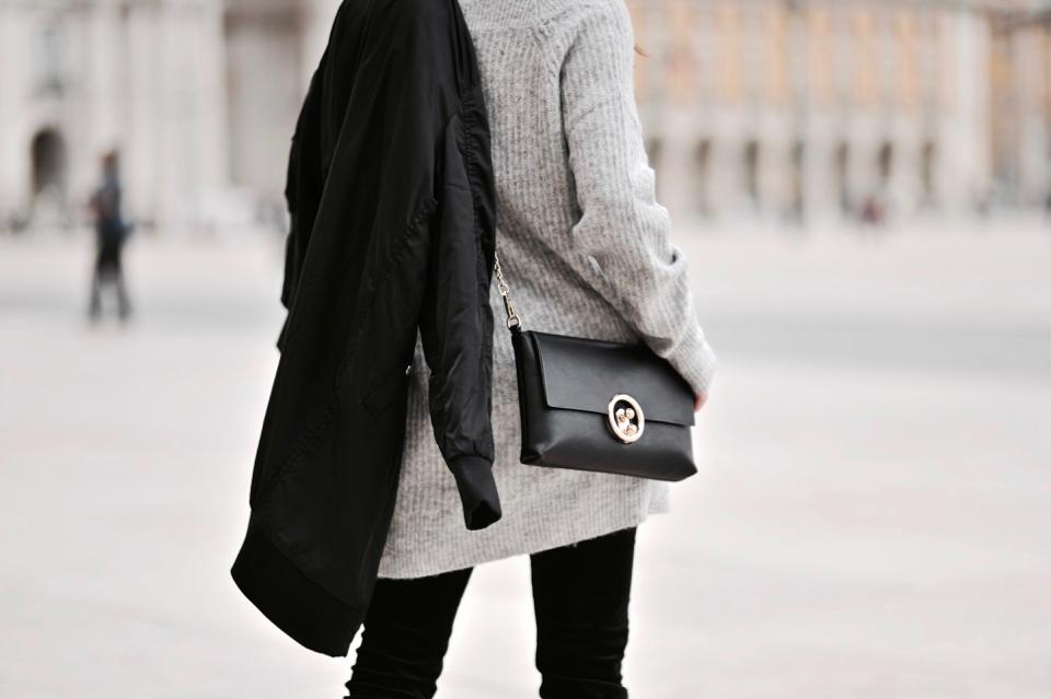 sweter-z-dekoltem-w-kszatłcie-litery-v
