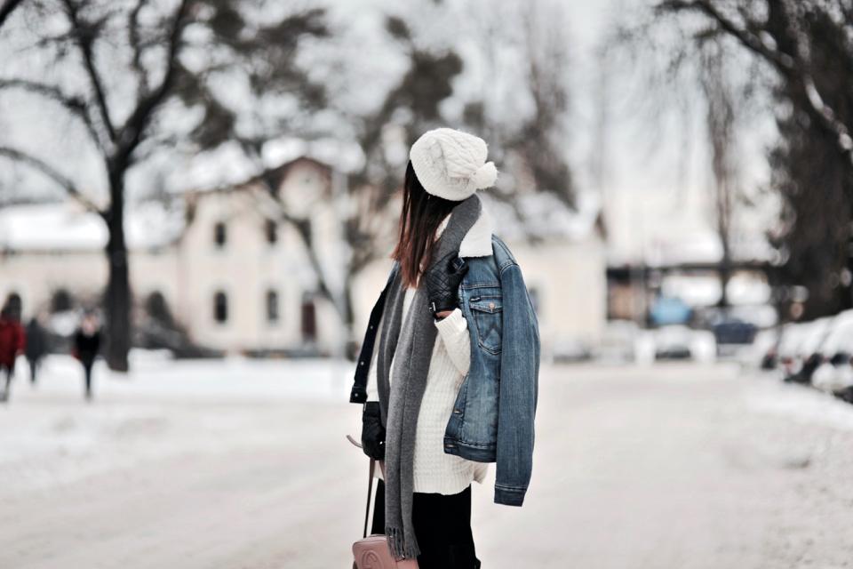 jeansowa-kurtka-z-kożuszkiem-stylizacja