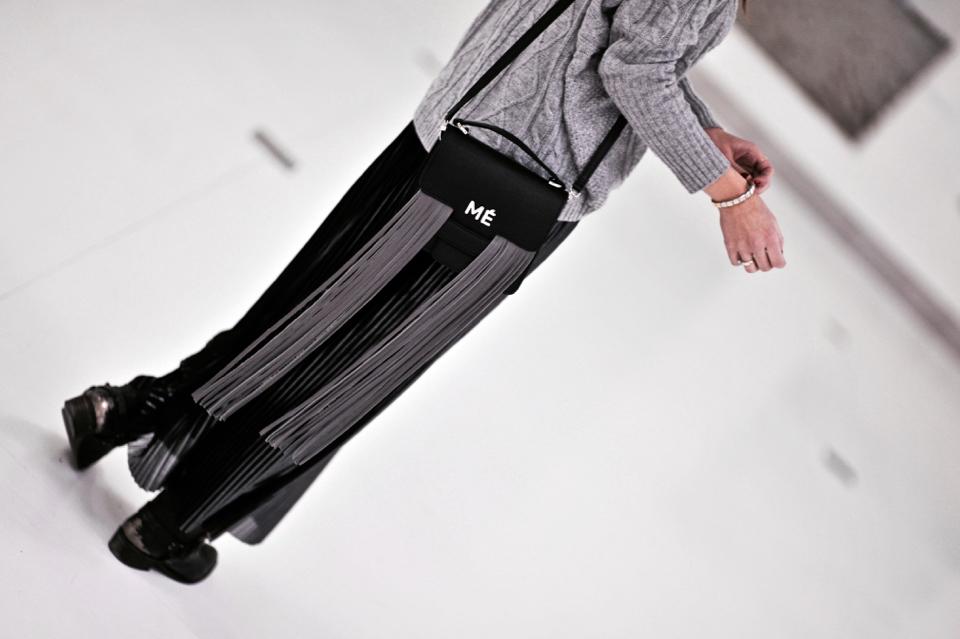 plisowana-metaliczna-spódnica-jak-nosić