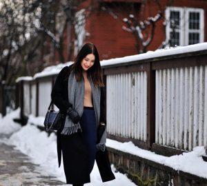 czarny-oversizowy-płaszcz-damski-jak-nosić