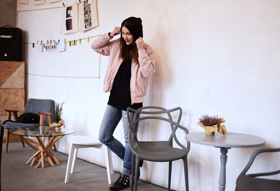 różowa-kurtka-bomber-jak-nosić