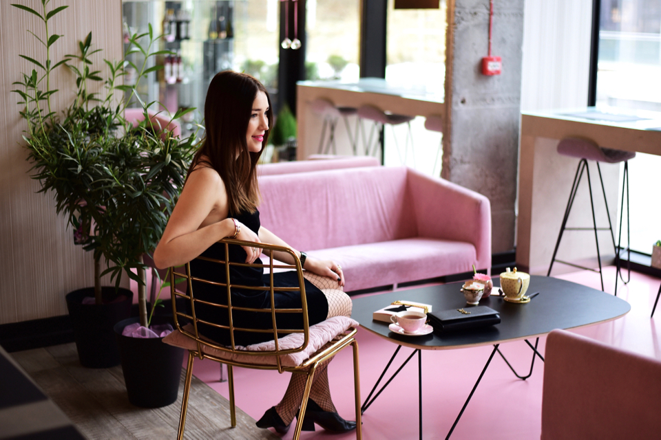 różowe-kanapy-wnętrze