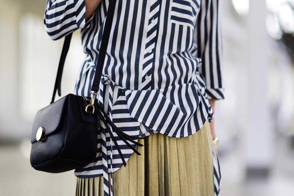 minimalistyczna-stylizacja-z-plisowaną-spódnicą
