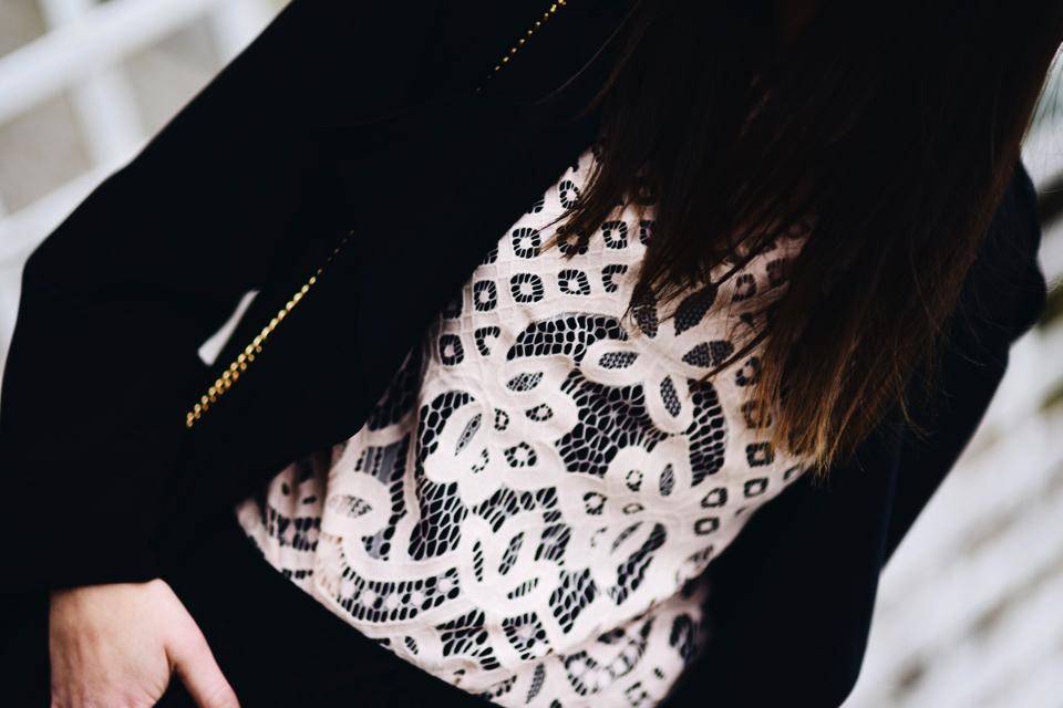co-nosić-pod-koronkową-bluzką