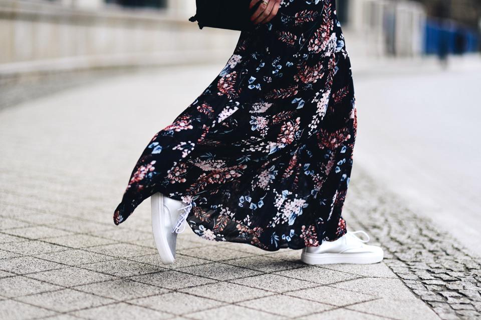 długa-kwiecista-sukienka-jak-nosić
