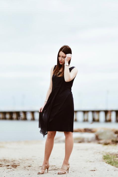 jedwabna-sukienka-elegancka-stylizacja