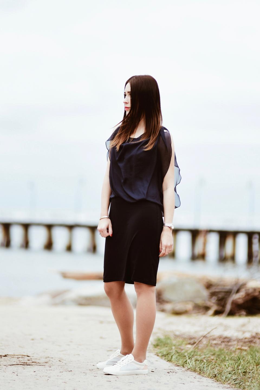 elegancka-sukienka-i-trampki-jak-nosić