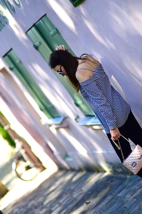 kratka-vichy-stylizacja-jak-nosić-bluzkę-z-odkrytymi-ramionami