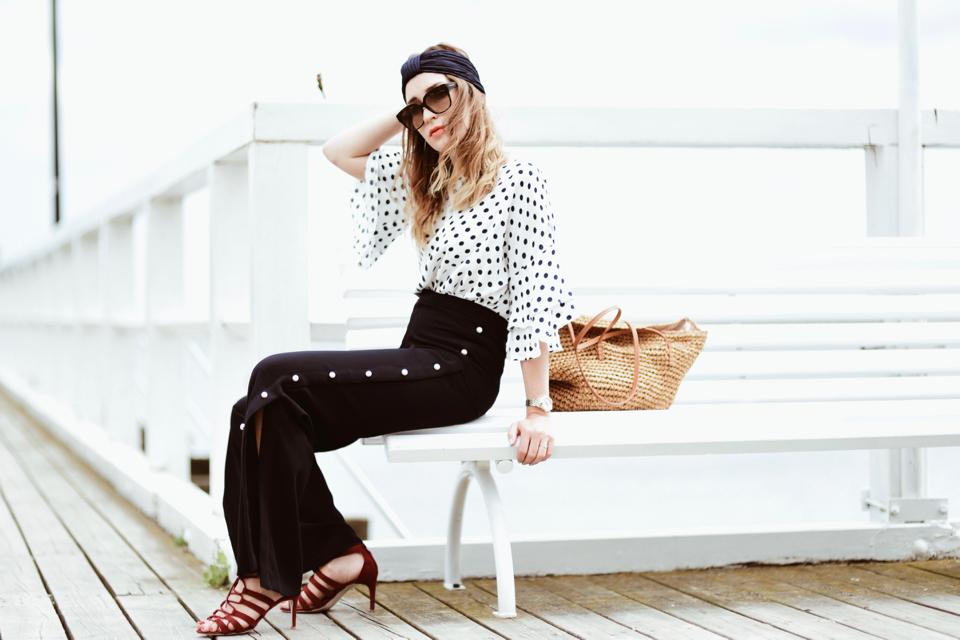 szerokie-spodnie-z-perłami-bluzka-w-groszki-koszyk-jako-torebka-stylizacja