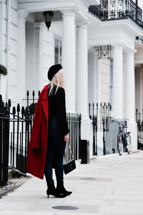 stylizacja-z-czerwonym-płaszczem-i-beretem