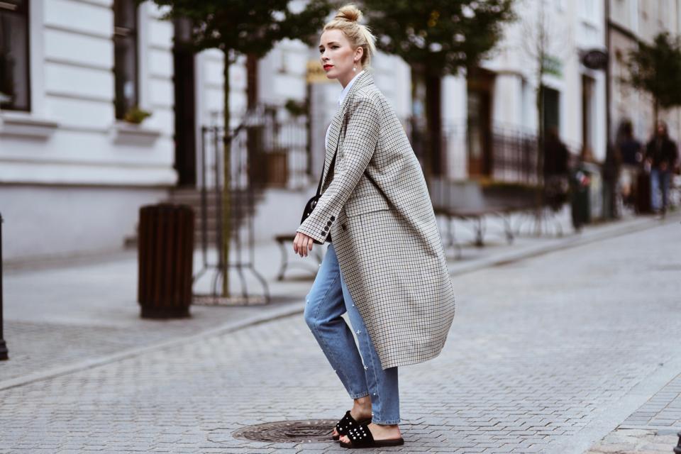 spodnie-mom-jeans-z-perłami-biała-koszula-stylizacja