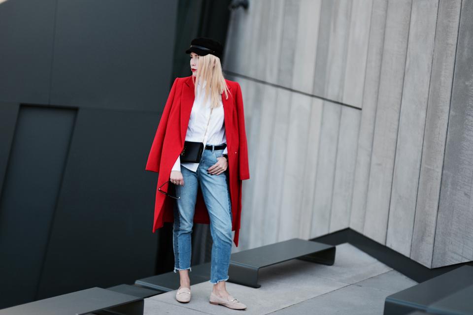 czerwony płaszcz stylizacja do czego nosić