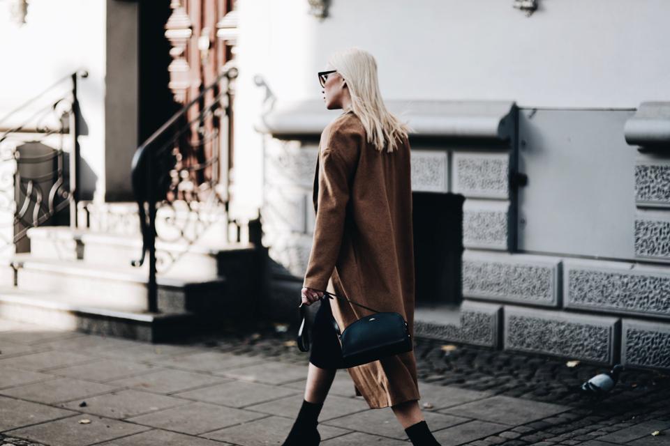 buty-ze-skarpetkową-cholewką-stylizacja-jak-nosić