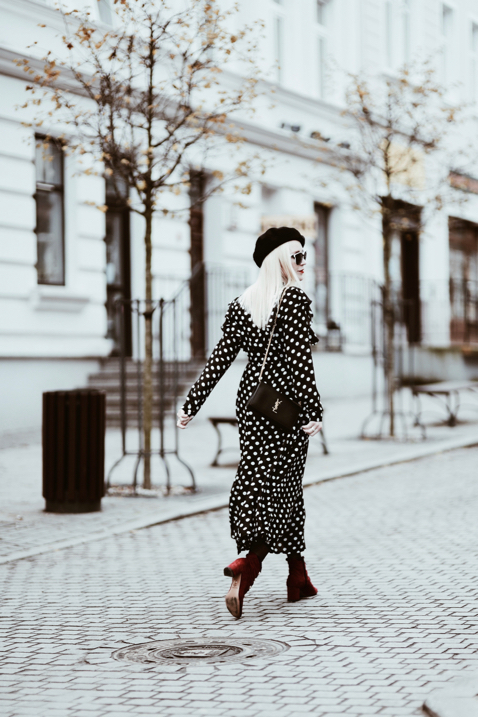 jakie-buty-do-sukienki-zimą-stylizacja-beret-czerwone-botki-sukienka-w-groszki