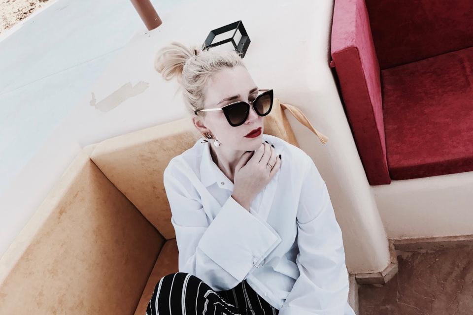 biała-koszula-z-szerokimi-rękawami-stylizacja