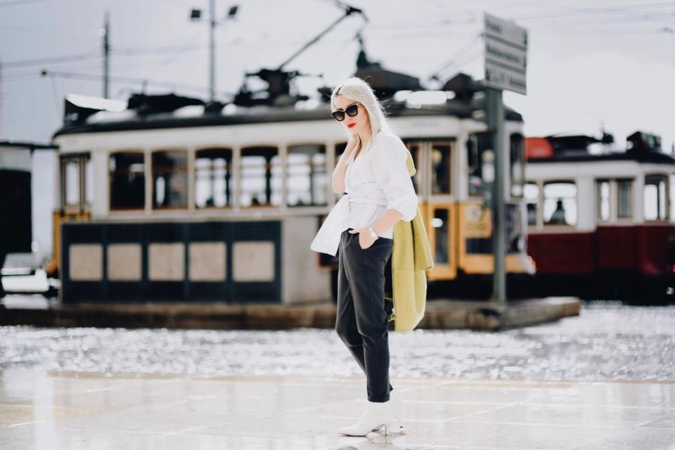 białe-botki-biała-koszula-limonkowy-płaszcz-stylizacja-do-czego-nosić