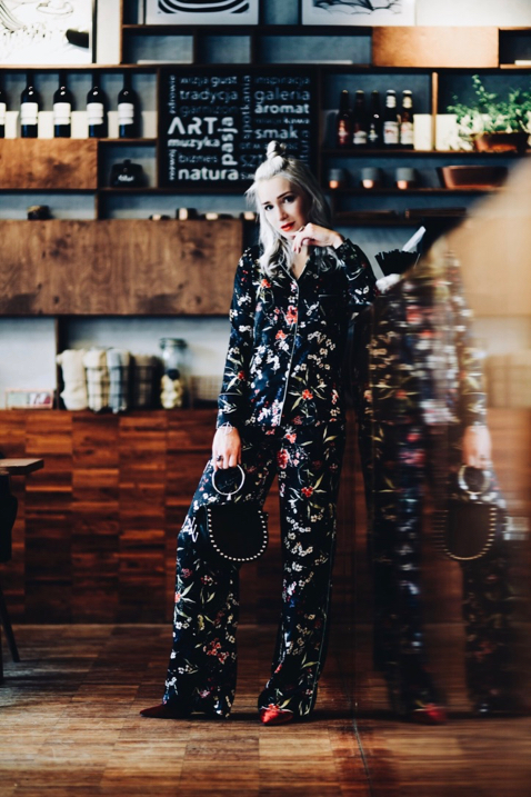 piżamowy-komplet-jak-nosić-na-co-dzień-stylizacja