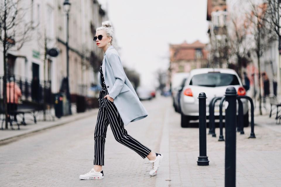 spodnie-w-paski-spodnie-z-wysokim-stanem-jak-nosić-do-czego-nosić-stylizacje-stylizacja