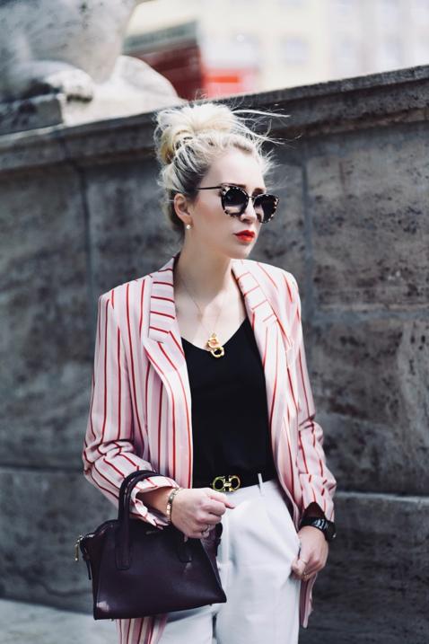 różowa marynarka w paski w prążki reserved białe spodnie stylizacja blog o modzie