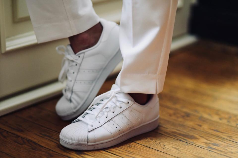 białe-superstary-adidas-originals-superstar-w-kolorze-białym-stylizacja-do-czego-nosić