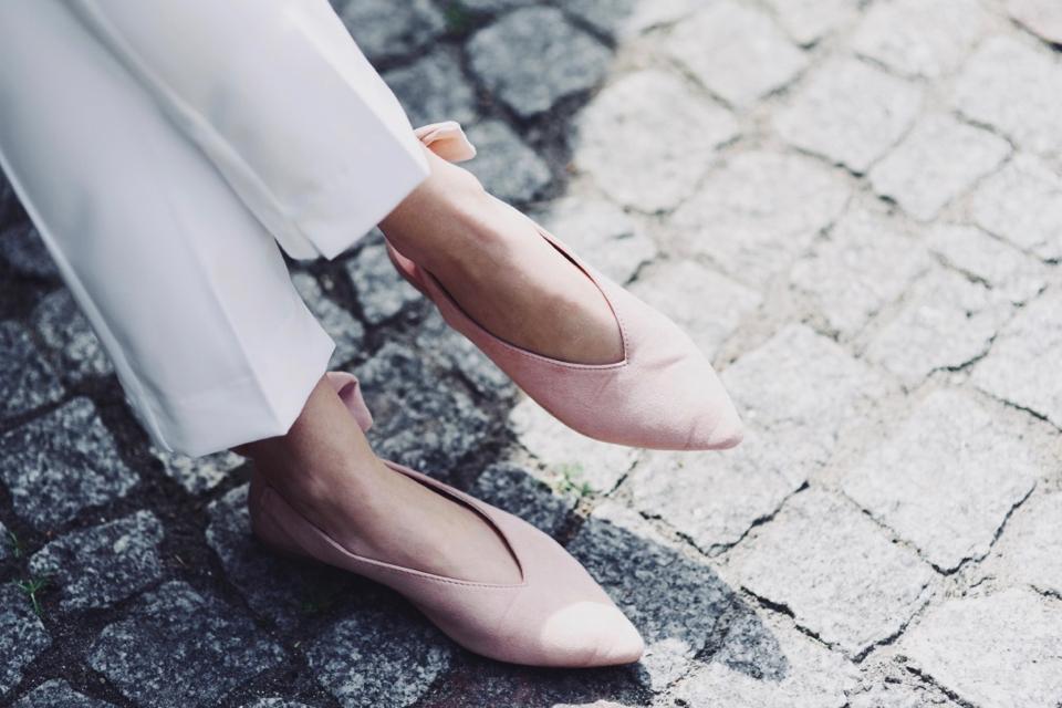 białe-spodnie-w-kant-do-czego-nosić-do-jakich-butów-ubierać-do-czego-pasują-stylizacja