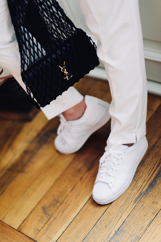 białe-sneakersy-białe-buty-sportowe-pleciona-siatka-torebka-ysl-saint-laurent-torebka-stylizacja