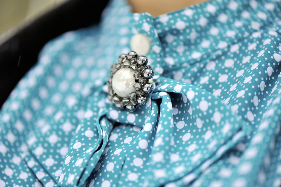 broszka z kryształami swarovskiego