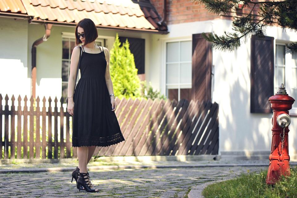 czarna-sukienka-do-czego-ubrać