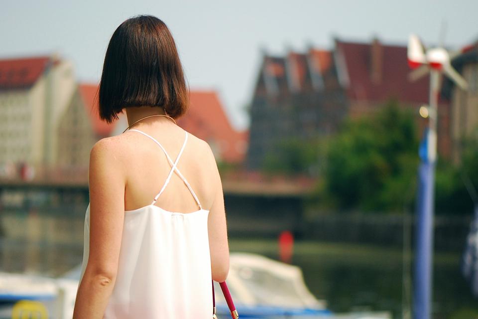 biała-bluzka-na-ramiączkach