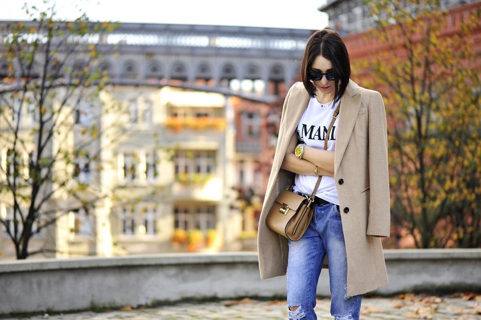 beżowy-płaszcz-w-stylizacji