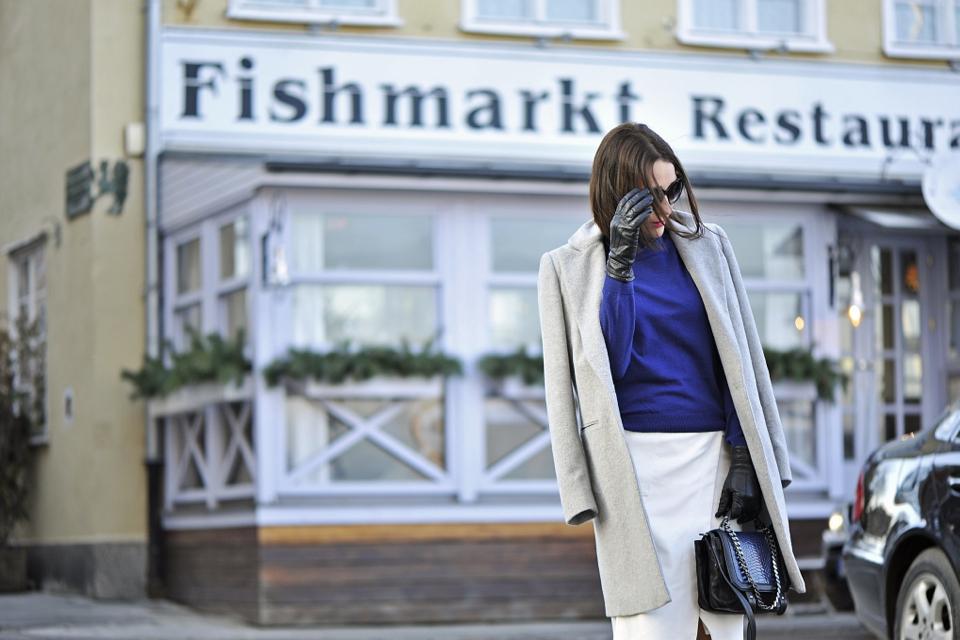 -szary-płaszcz-street-fashion