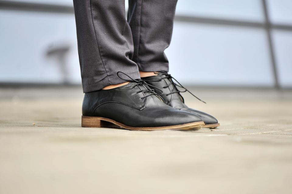 płaskie-wiązane-buty