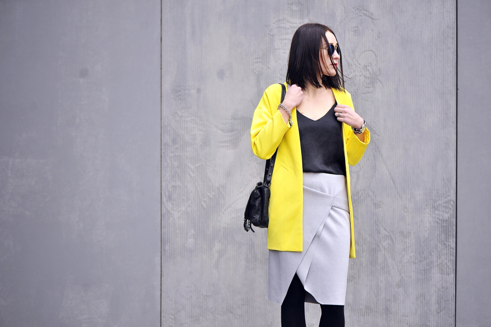 żółty płaszcz stylizacja