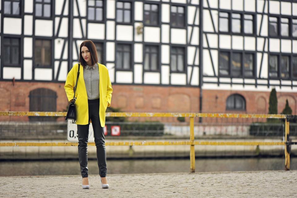 żółty płaszcz w stylizacji