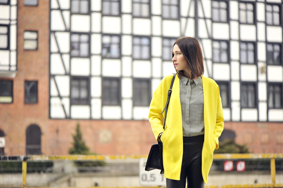 żółty-płaszcz-w-stylizacji