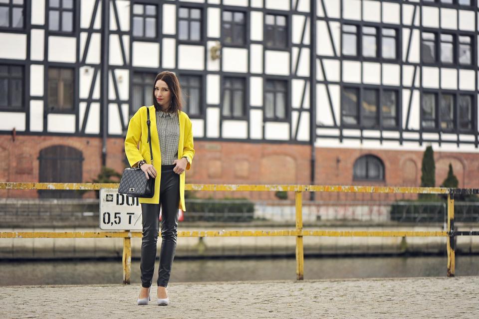 stylizacja-z-żółtym-płaszczem