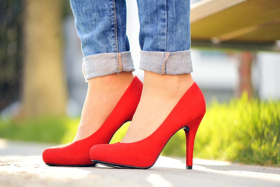 czerwone-szpilki-do-czego-nosić