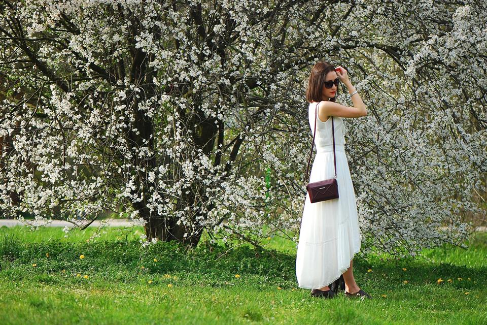 biała-haftowana-sukienka