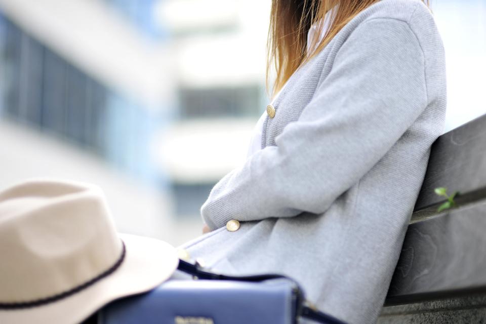 szary-długi-sweter