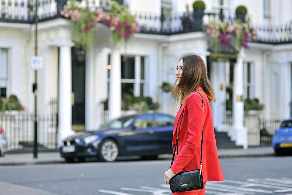czerwony-garnitur-do-czego-nosić