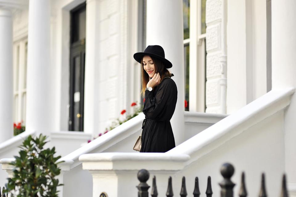 czarna-sukienka-do-czego-nosić