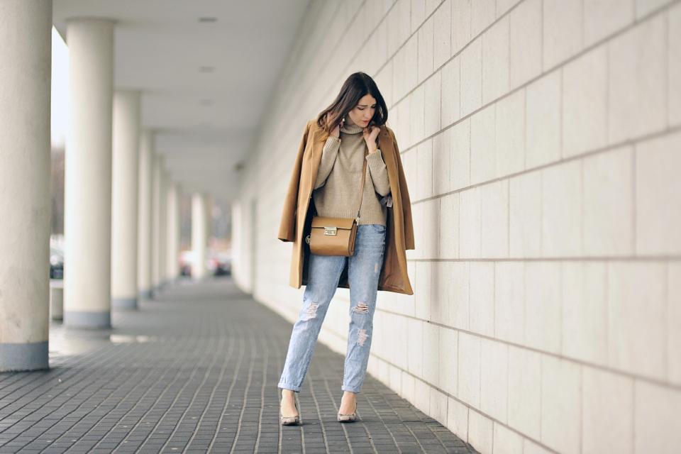 beżowy płaszcz stylizacja