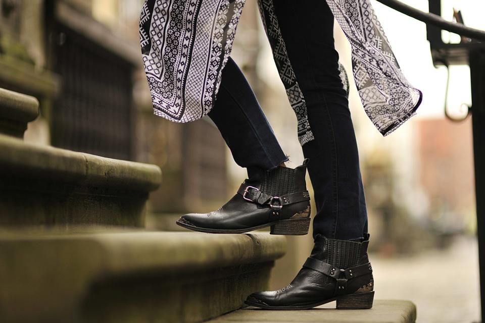 jeansy-z-frędzlami-stylizacja