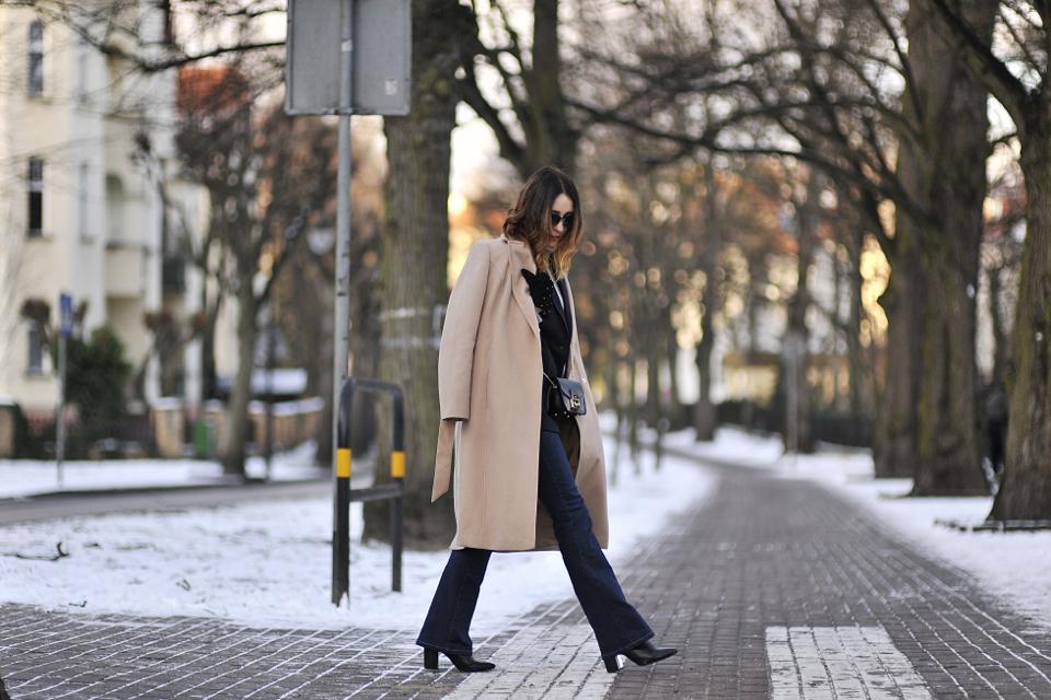 spodnie-dzwony-jakie-buty-do-nich-nosić