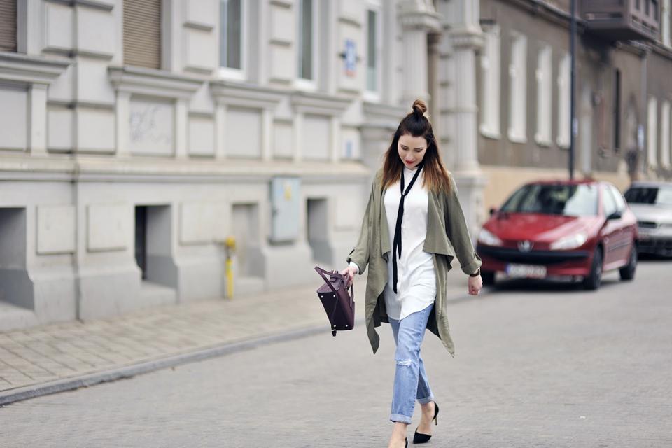 biała koszula do jeansów stylizacja
