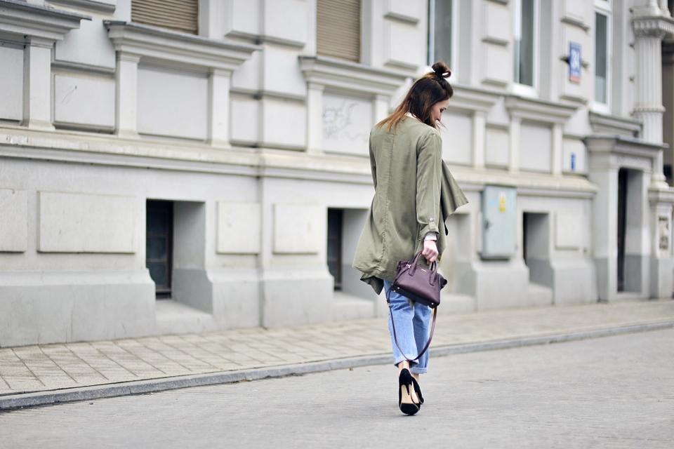 biała-koszula-do-jeansów-stylizacje