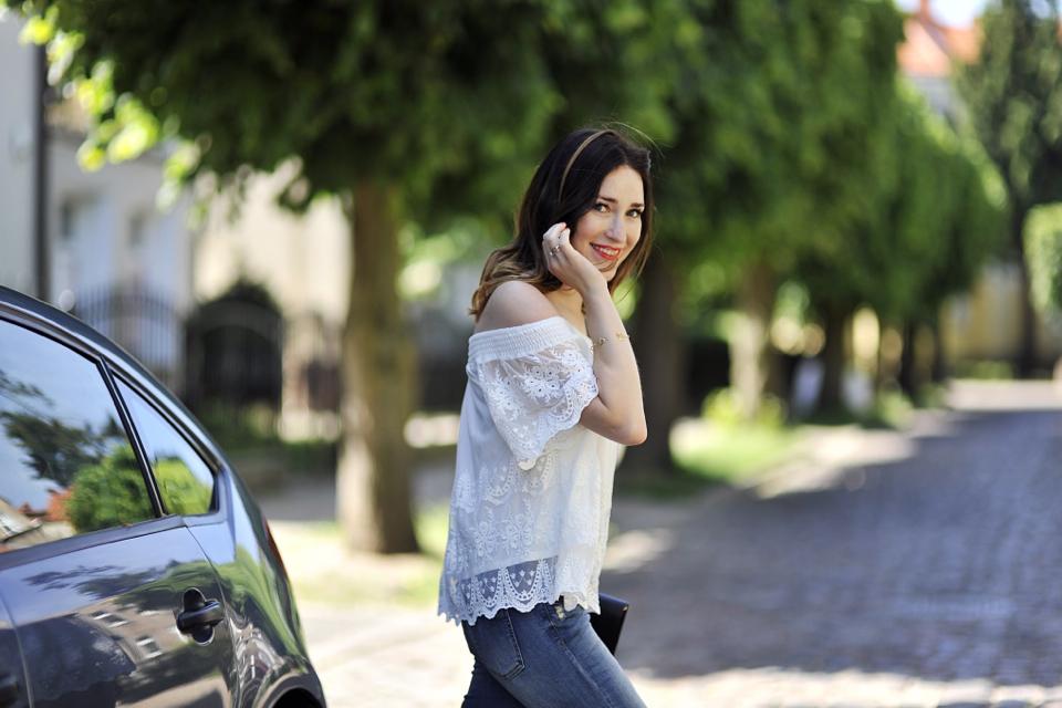 bluzka-z-odkrytymi-ramionami-stylizacja