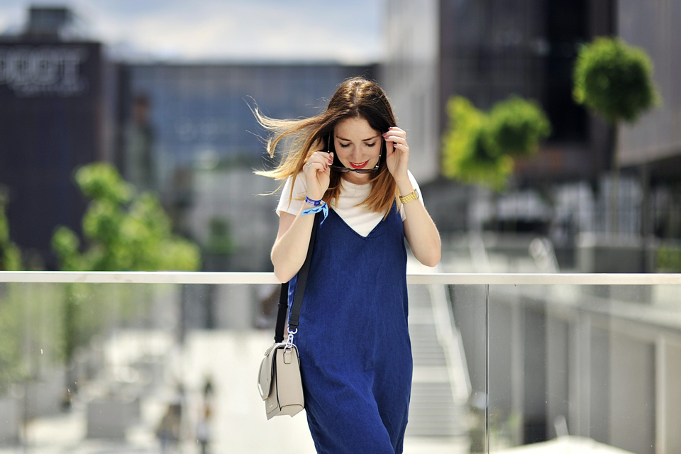 sukienka-na-ramiączkach-noszona-na-t-shirt